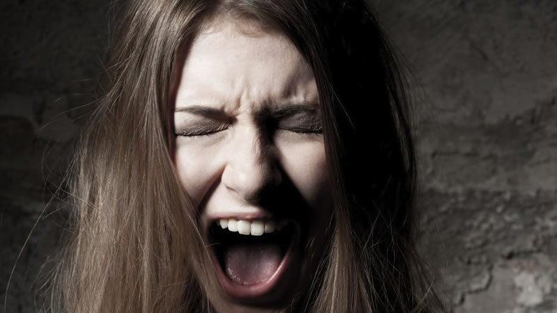 Donna che urla