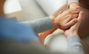 Psicologa che aiuta un paziente